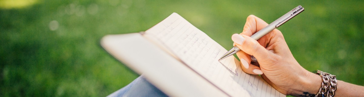Buch schreiben im Freien